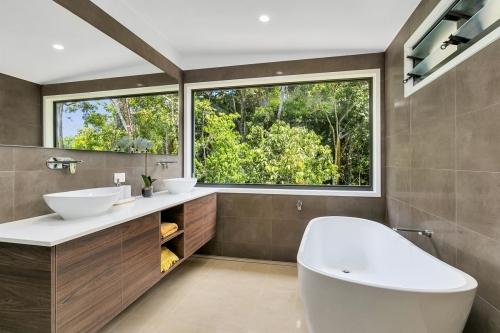 cairns-builder-bathroom-large-picture-window