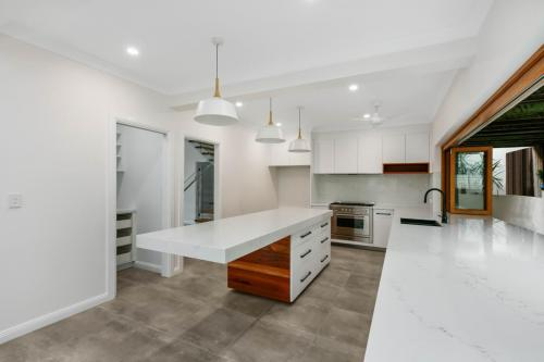 cairns-builder-renovations-kitchen-timber-stone