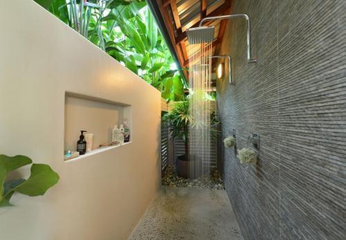 Cairns-Builer-Balinese-Outdoor-Shower