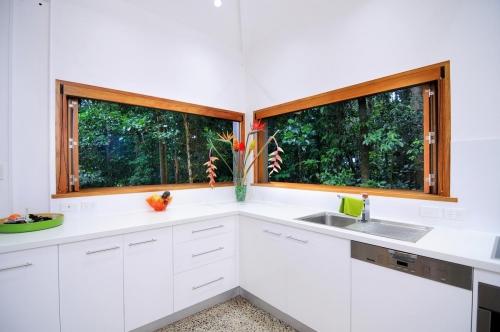 cairns-builder-renovation-kitchen-timber-bifold-window