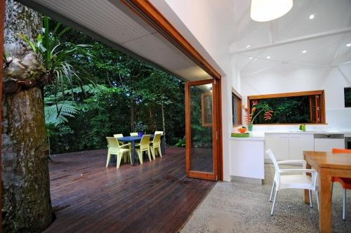 cairns-builder-renovation-timber-bifold-windows