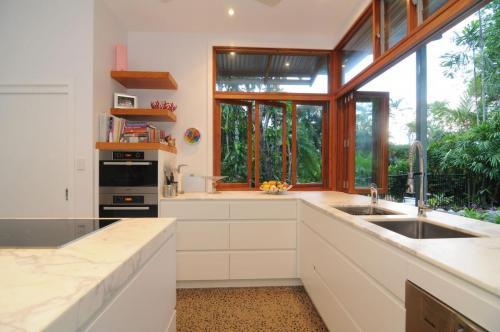 cairns-builder-renovation-kitchen-timber-bifold-windows