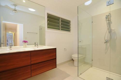 cairns-builder-renovation-timber-stone-bathroom