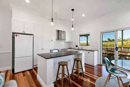 cairns-builder-black-and-white-kitchen