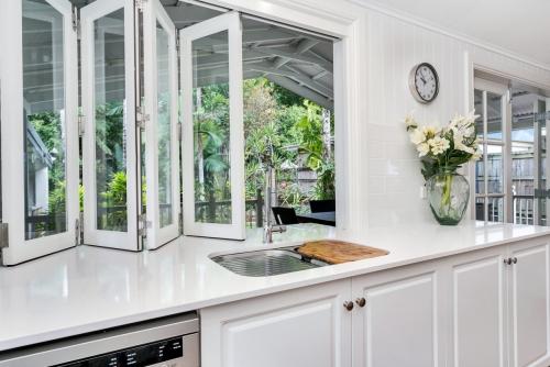 cairns-builder-renovation-aluminium-bifold-window